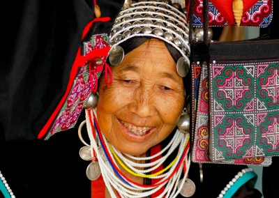 Akha Frau in traditioneller Tracht, Nord-Thailand